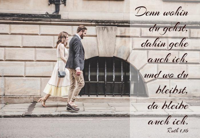 Paar geht nebeneinander auf Bürgersteig vorwärts