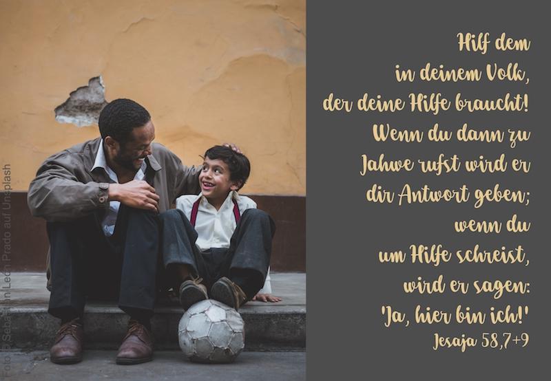Mann und Junge sitzen auf dem Bürgersteig