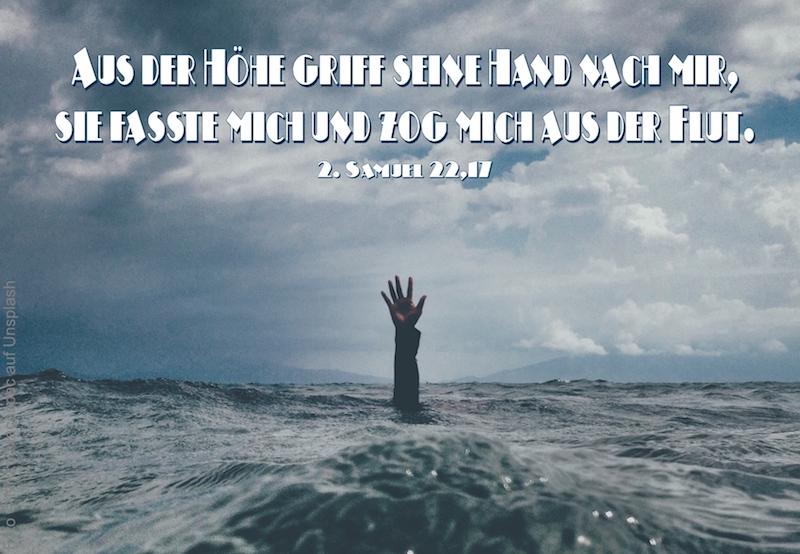 Hand aus dem Wasser gestreckt