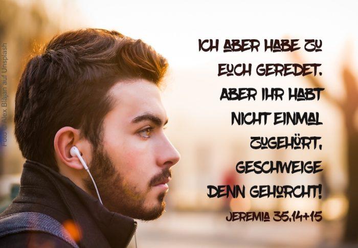 junger Mann mit In-Ear-Kopfhörern