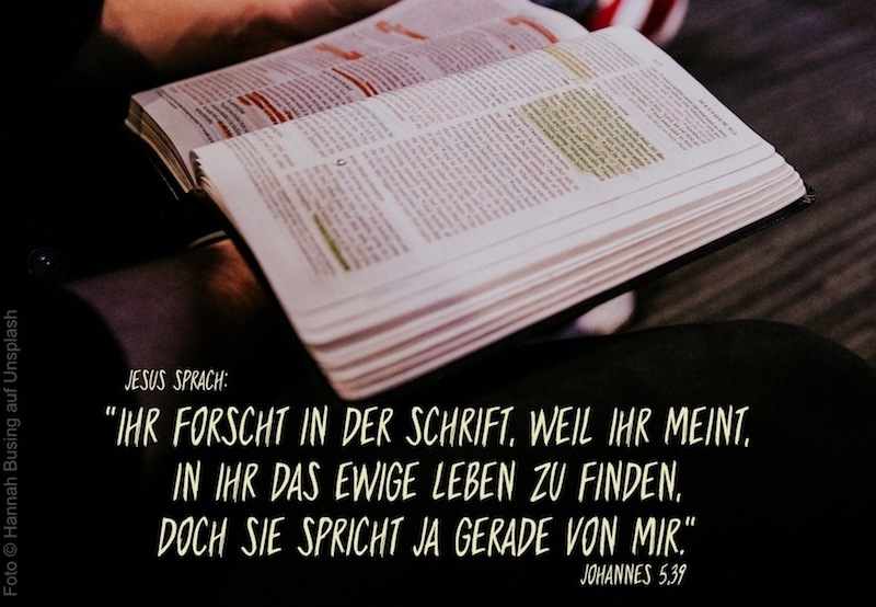 aufgeschlagene Bibel mit angestrichenen Stellen
