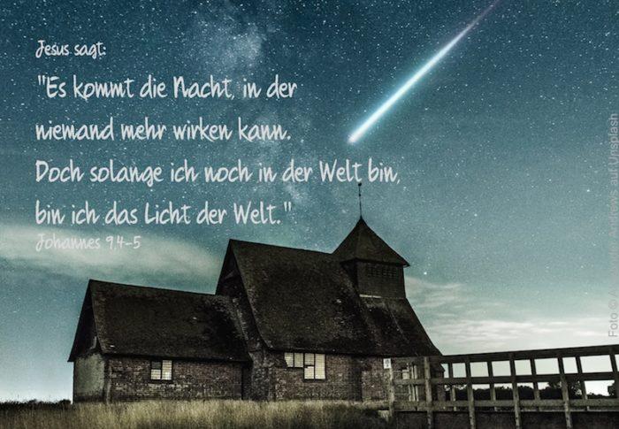 altes Haus vor Sternenhimmel mit Sternschnuppe