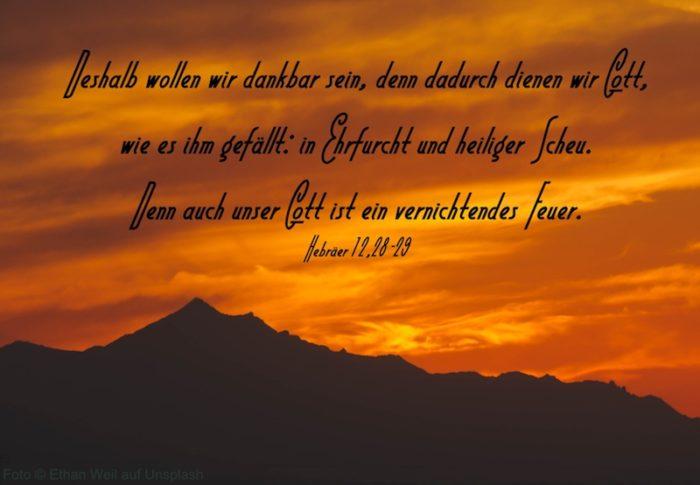 Bergsilhouette vor rotem Himmel