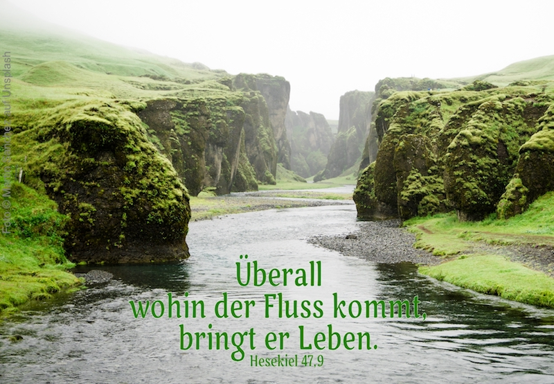 Fluß durch grüne Hügel