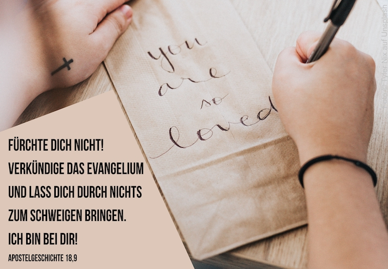 "Person schreibt auf Tüte ""you are so loved"""