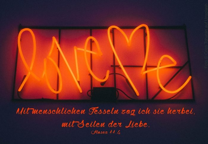 rote Leuchtschrift: Love Me