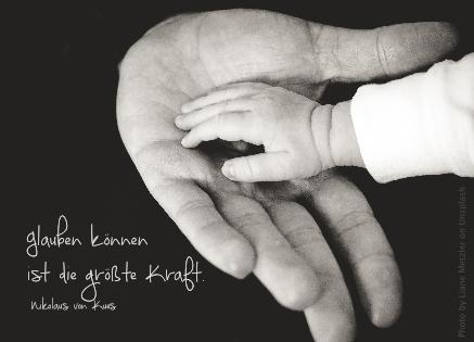 Kleine Hand in großer Hand