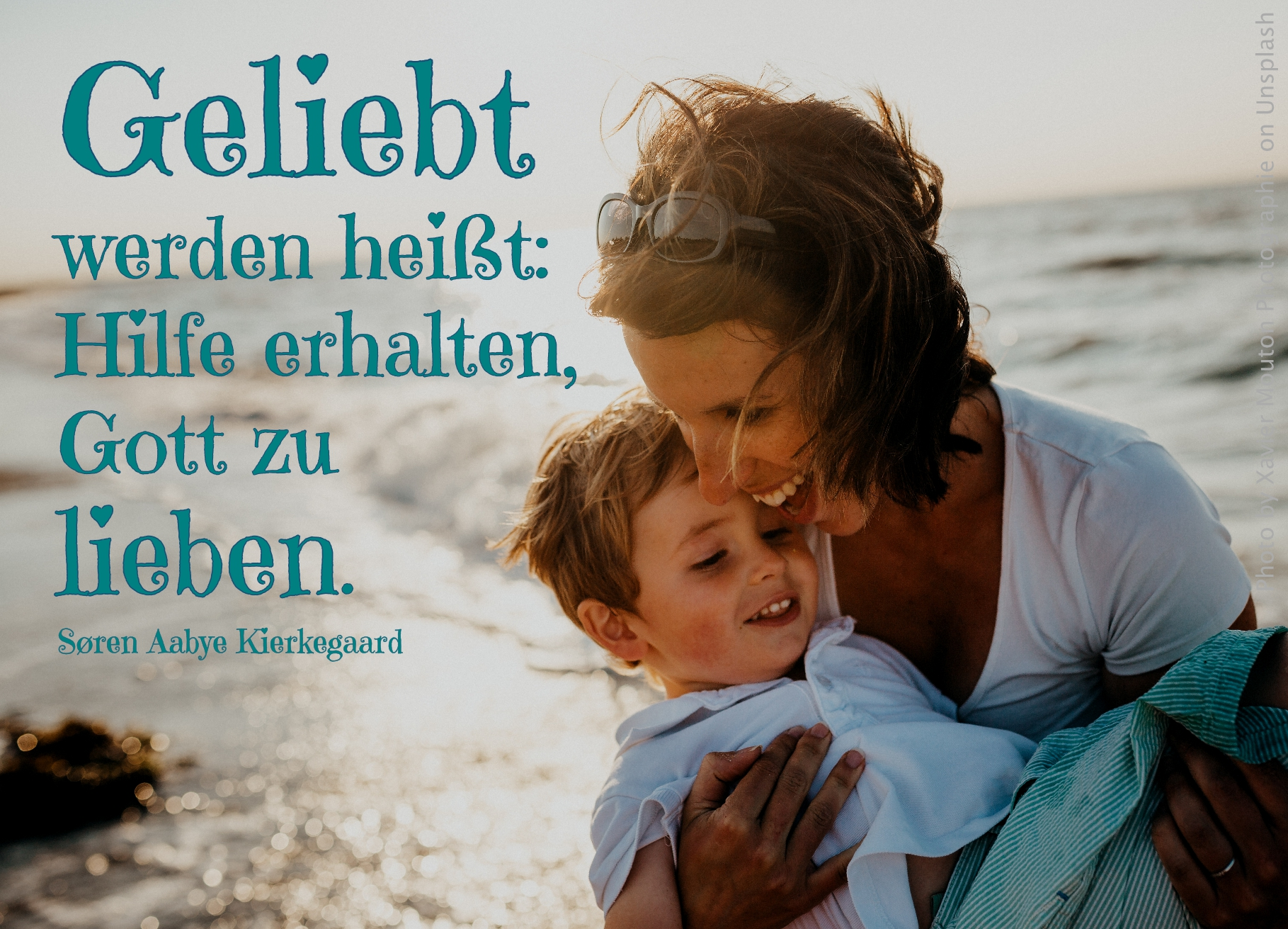 Mutter mit Sohn auf dem Arm glücklich lachend
