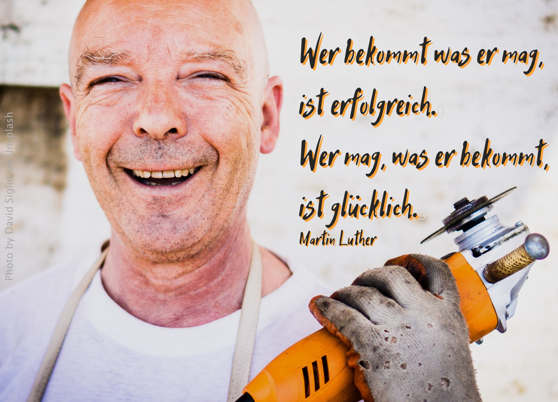 Handwerker mit glücklichem Lachen und Flex in der Hand