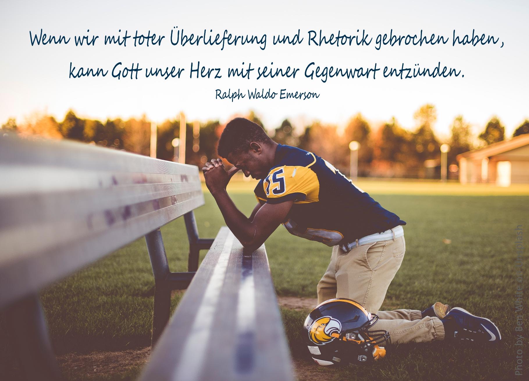 Footballspieler betet