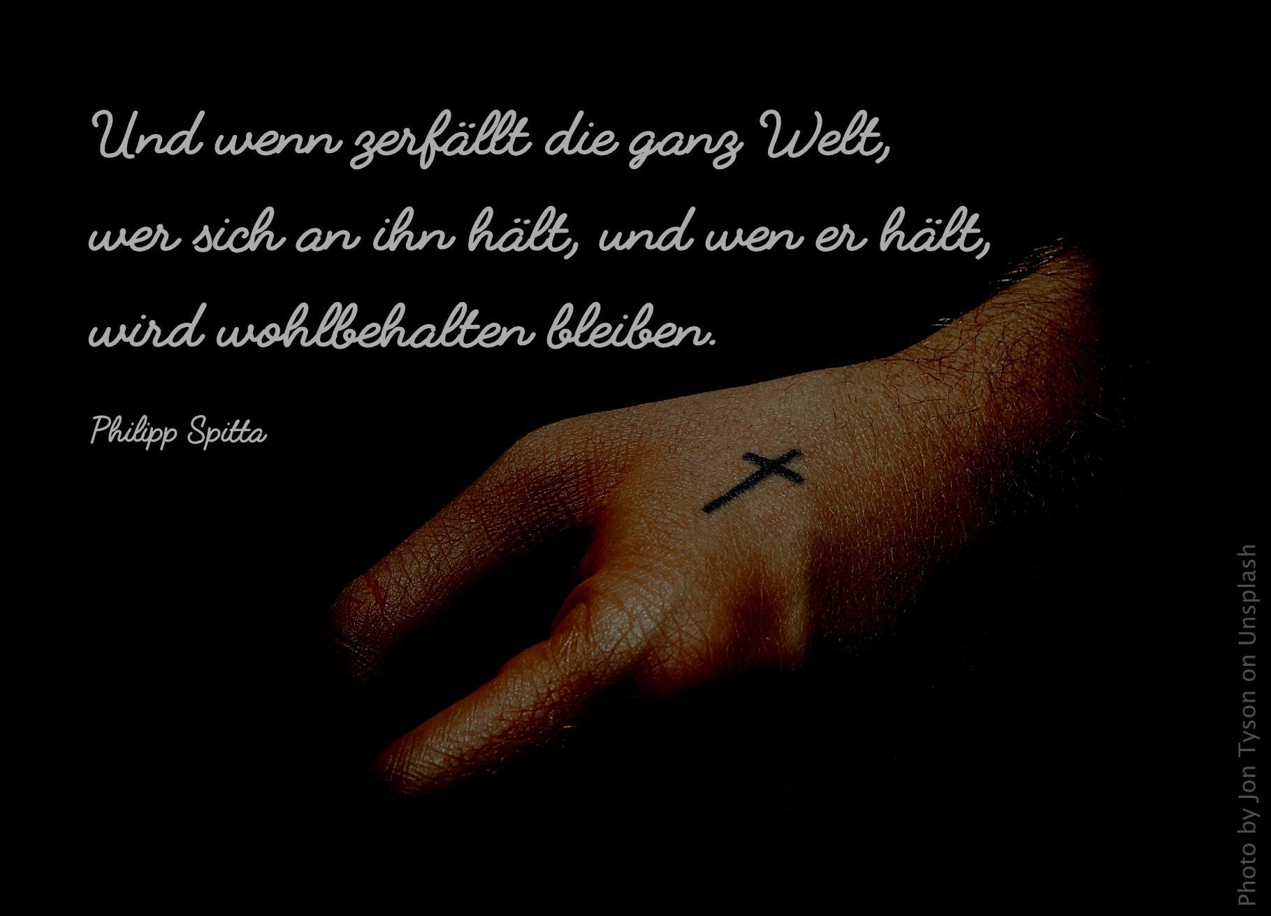 Hand mit tätowiertem Kreuz