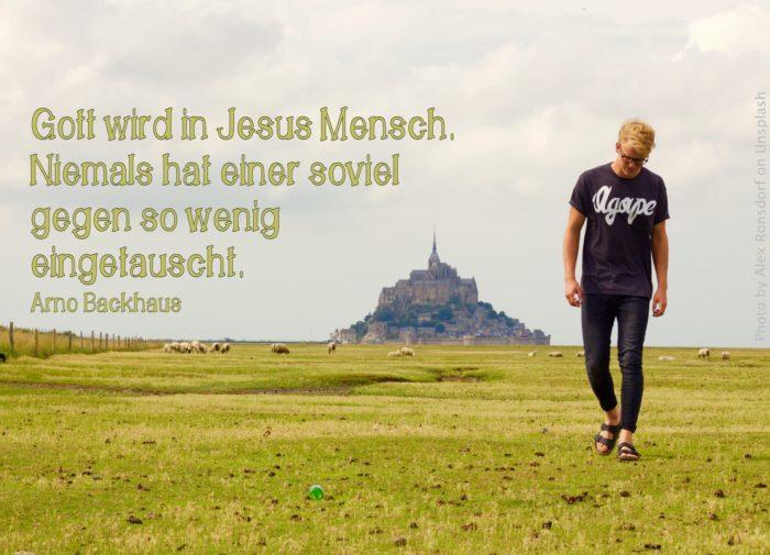 junger Mann auf Schafweide vor Mont St. Michel