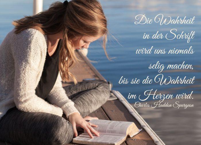 Frau liest Bibel auf Steeg