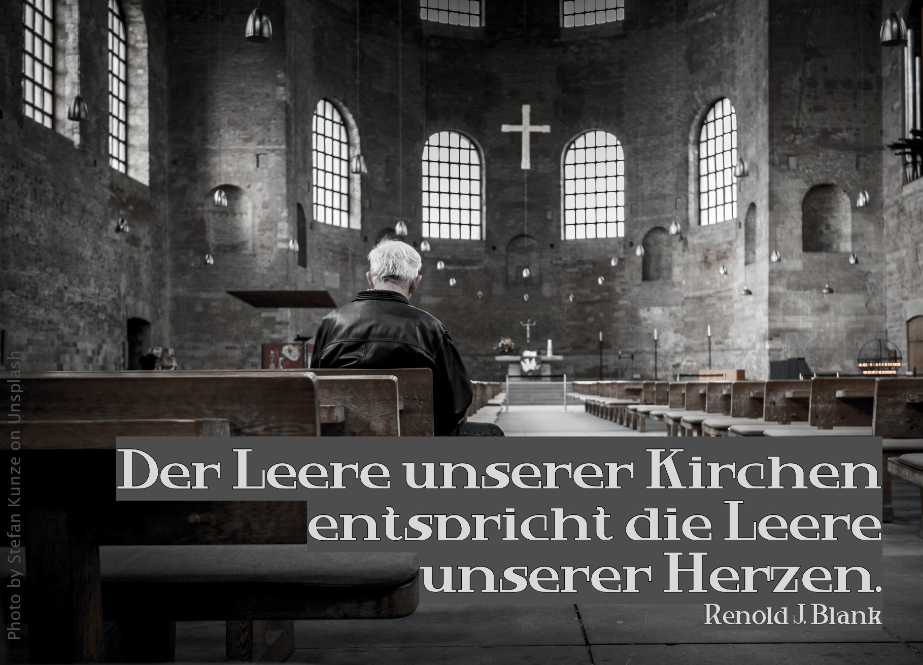 Ein Mann sitz alleine in großer Kirche