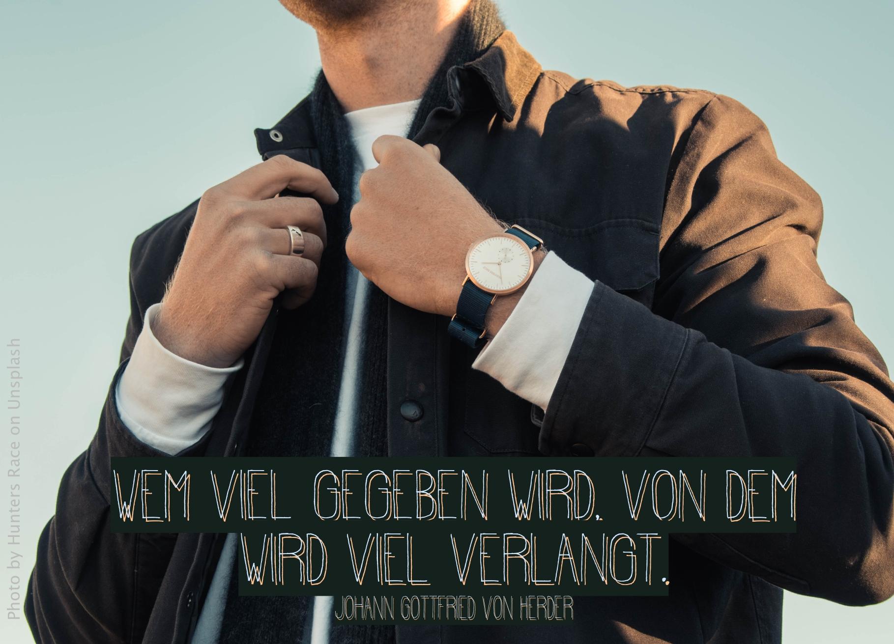 Junger Mann in guter Kleidung mit teurer Uhr