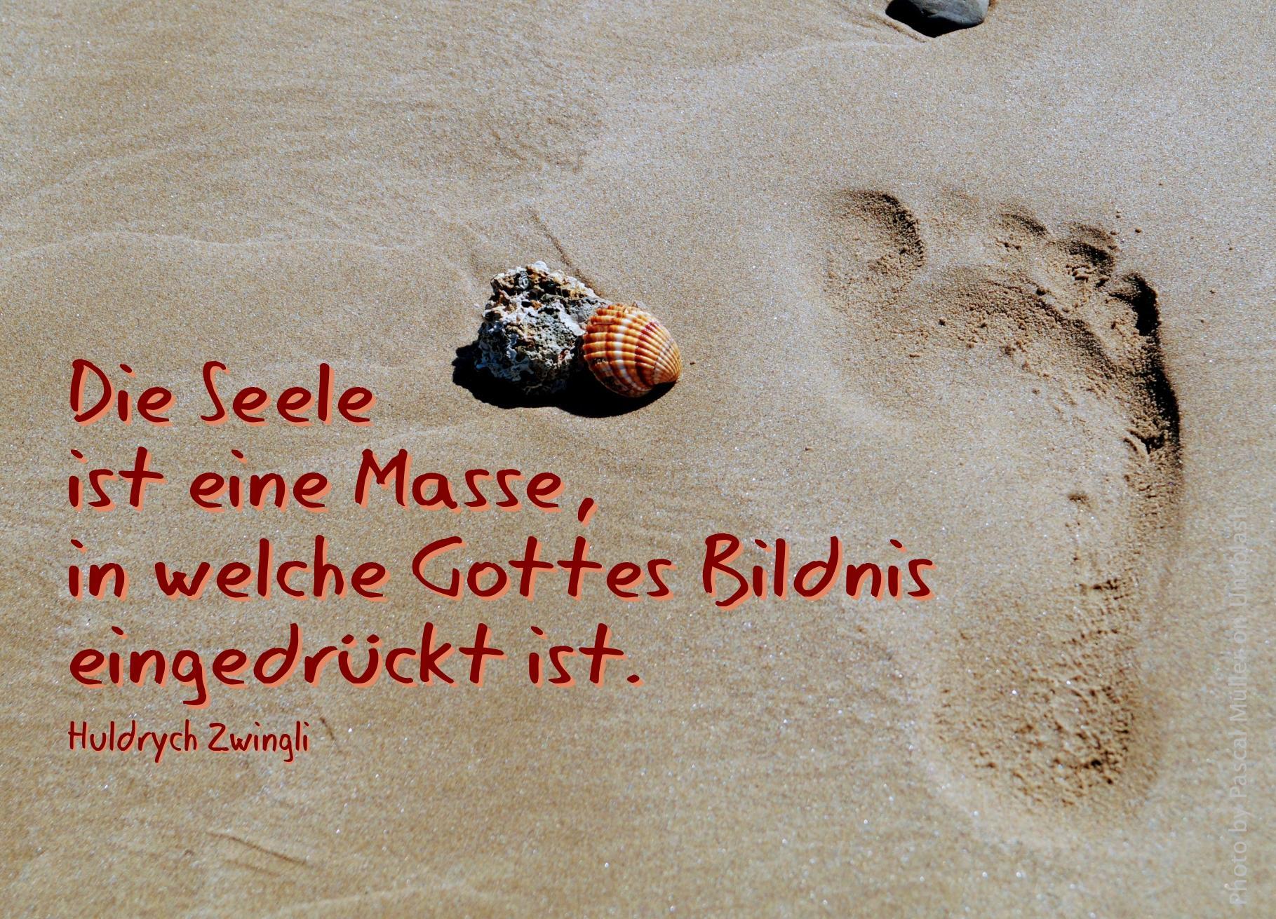 Fußabdruck im Sand mit Muschel