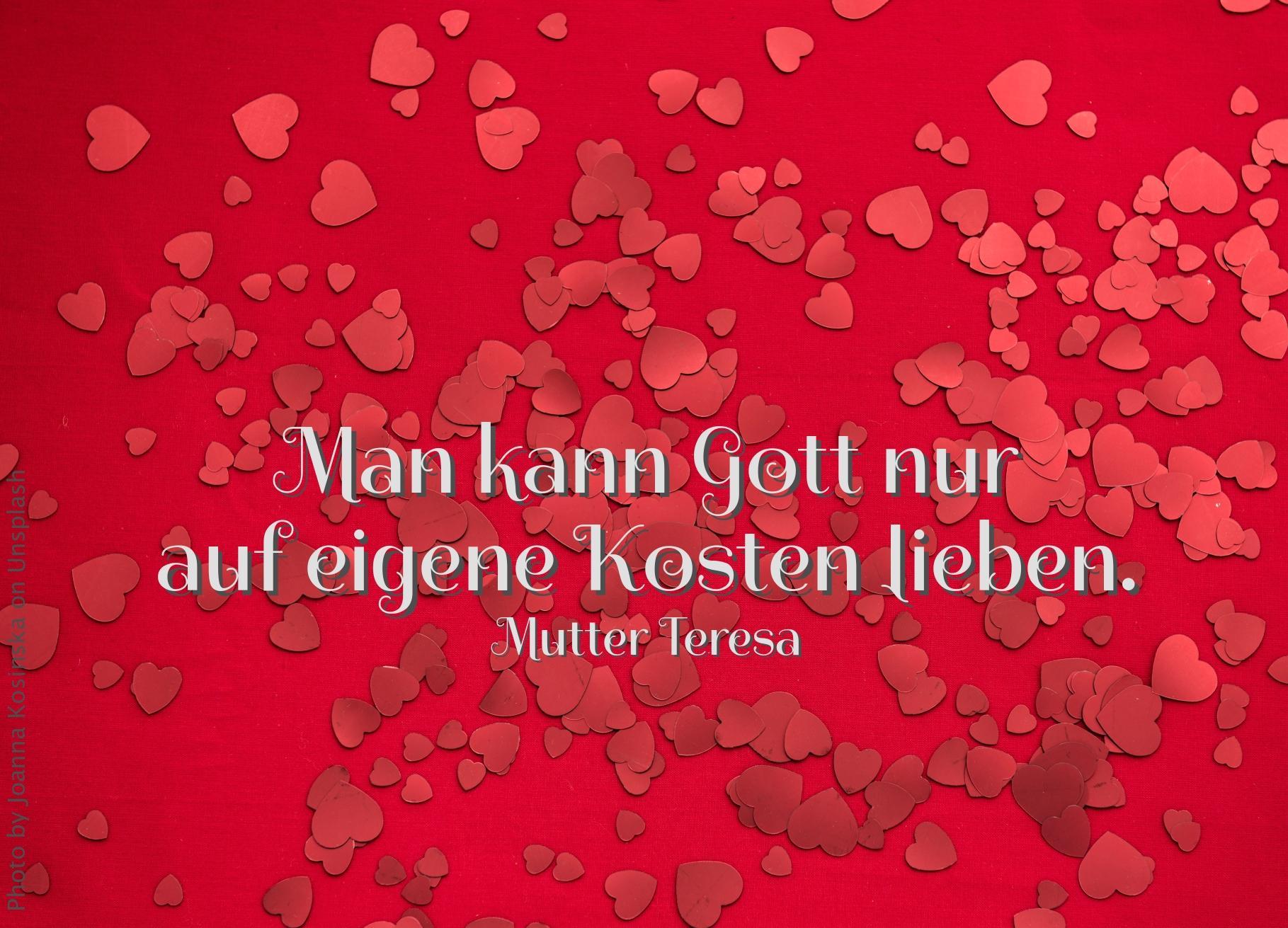 rote Herzen auf rotem Untergrund