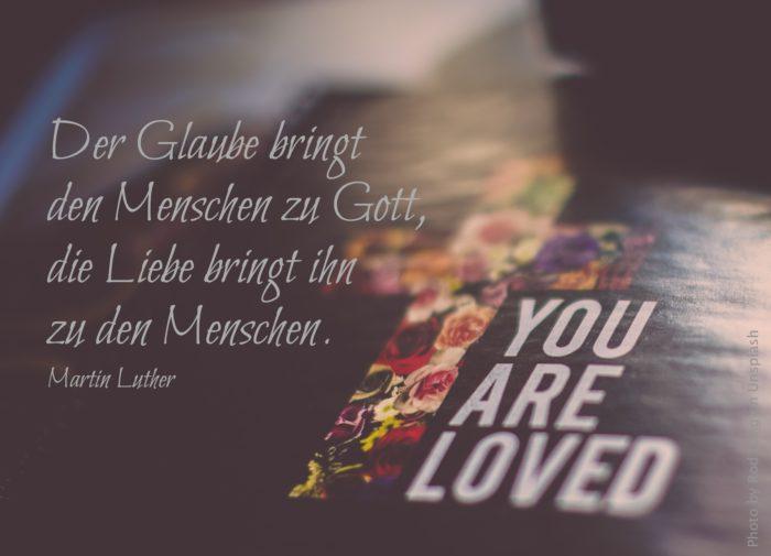 Kreuz aus Blumen und Schriftzug: You are loved