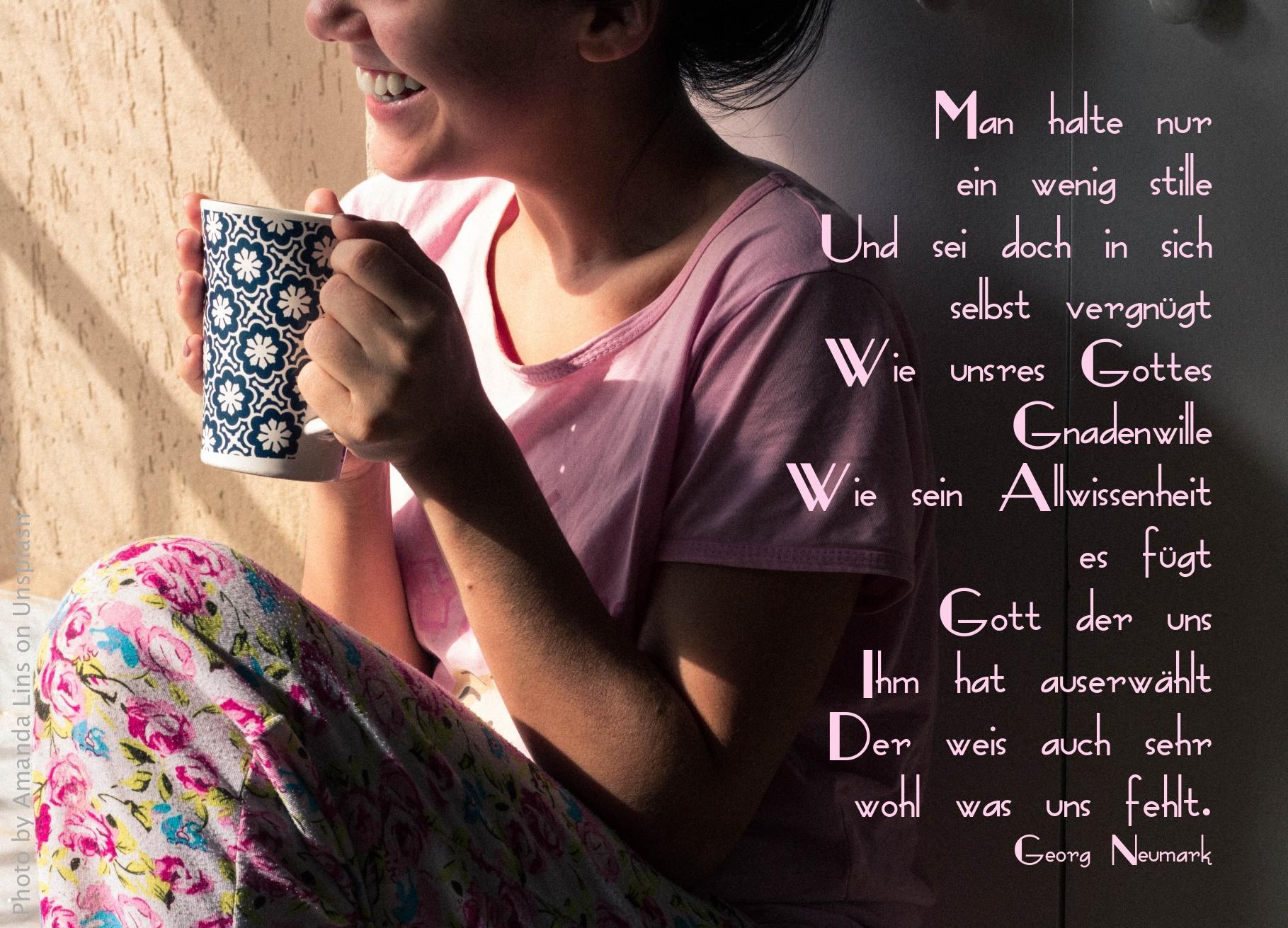 lächelnde Frau mit Kaffeetasse