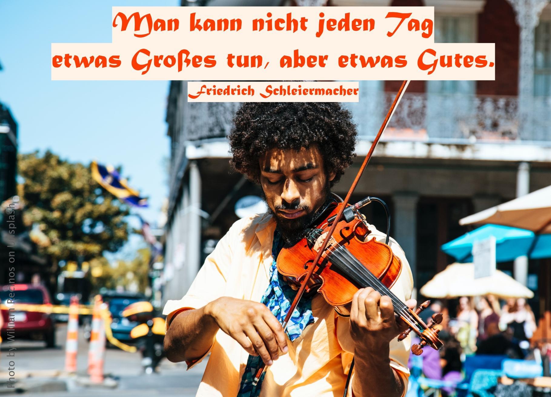 Mann spielt Geige in der Fussgängerzone