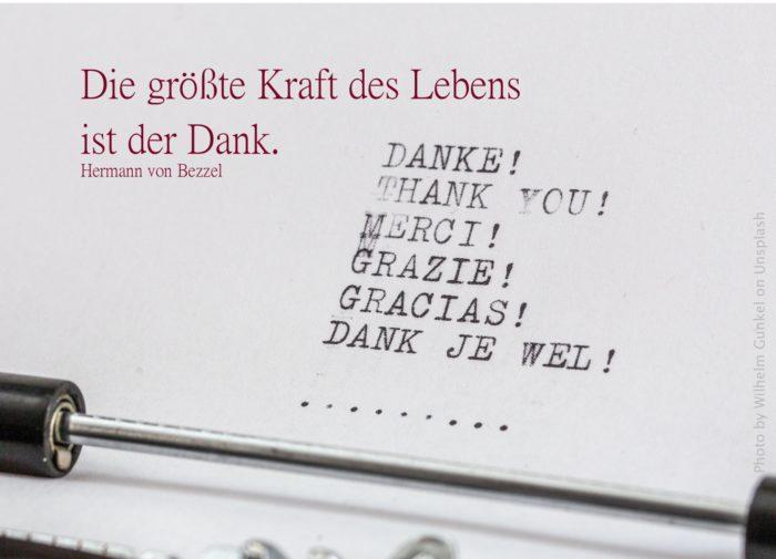 Danke auf verschiedenen Sprachen mit Schreibmaschine geschrieben