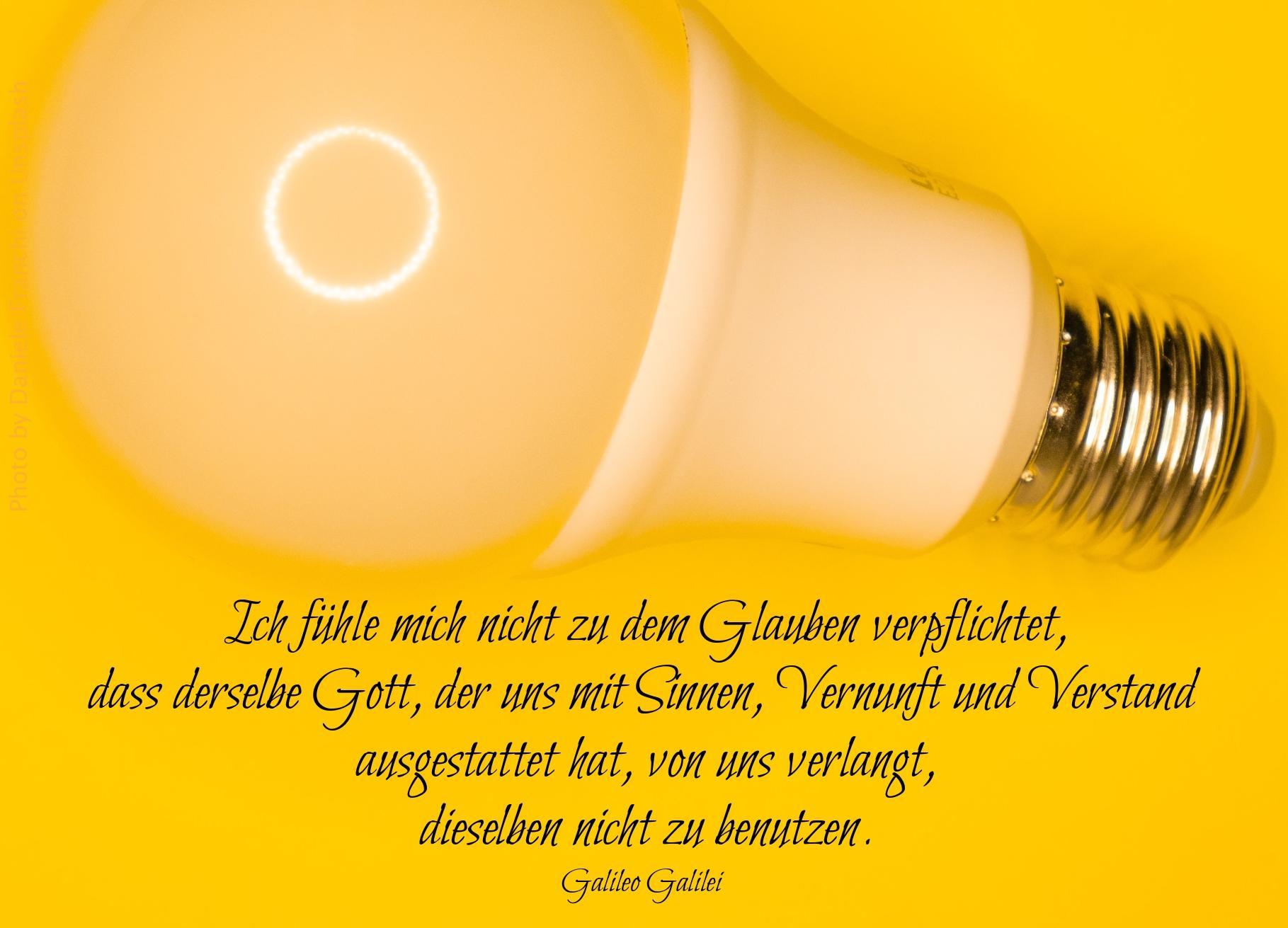Glühbirne auf gelbem Hintergrund