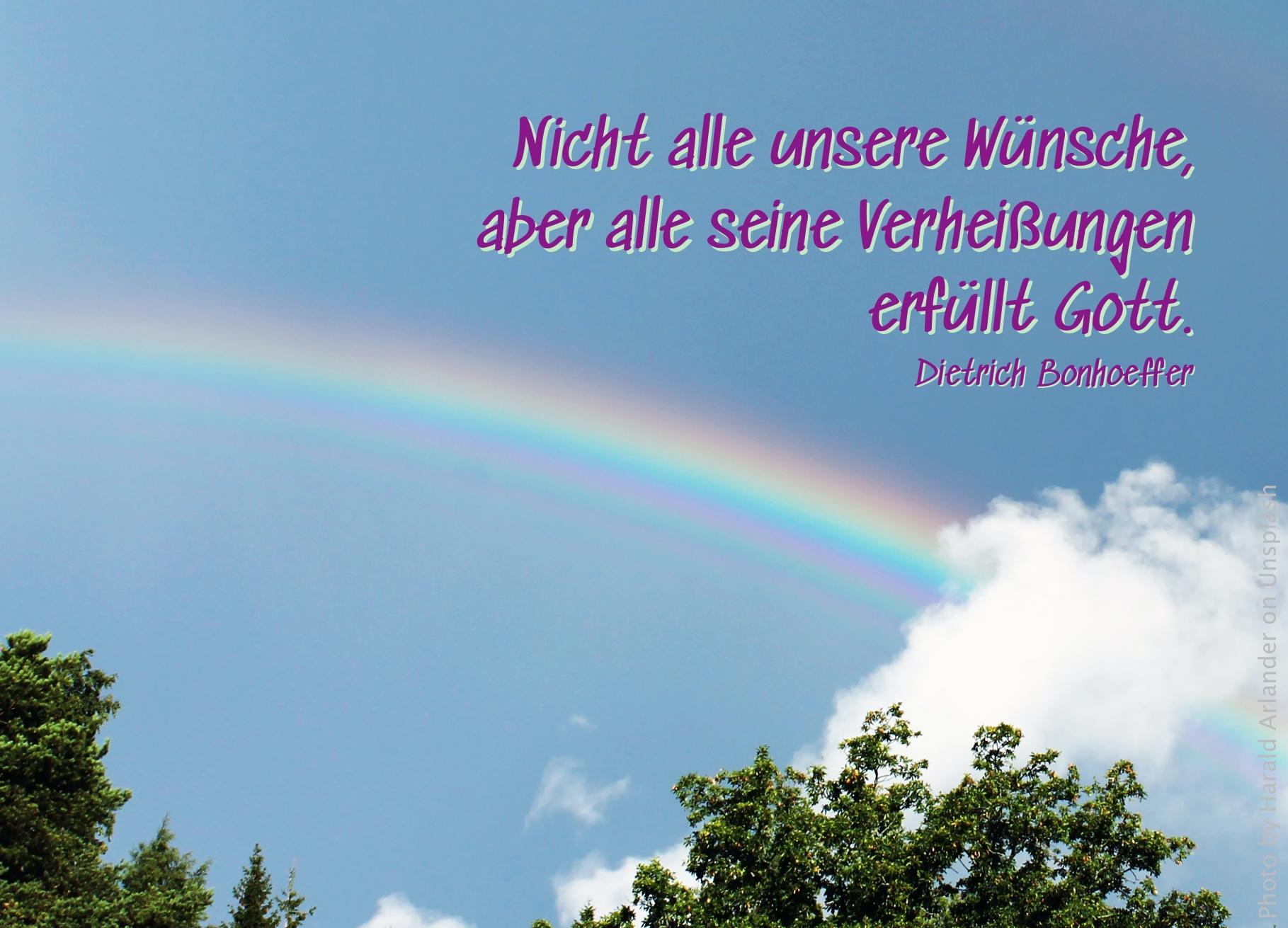 Regenbogen an blauem Himmel