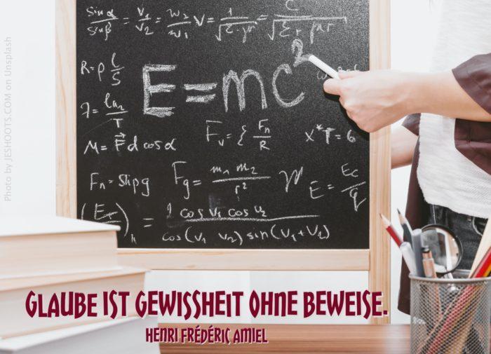 Tafel mit Relativitätstheorie und Formeln