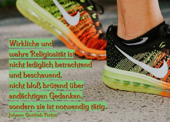 Füße in Regbogenfarbenen Turnschuhen