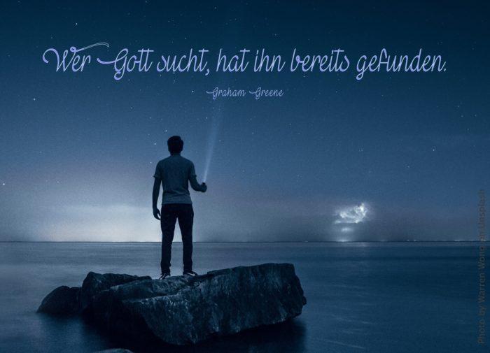Mann auf Felsen im Wasser in der Nacht