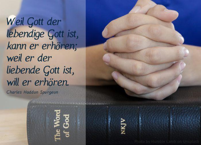 gefaltete Händer über einer Bibel