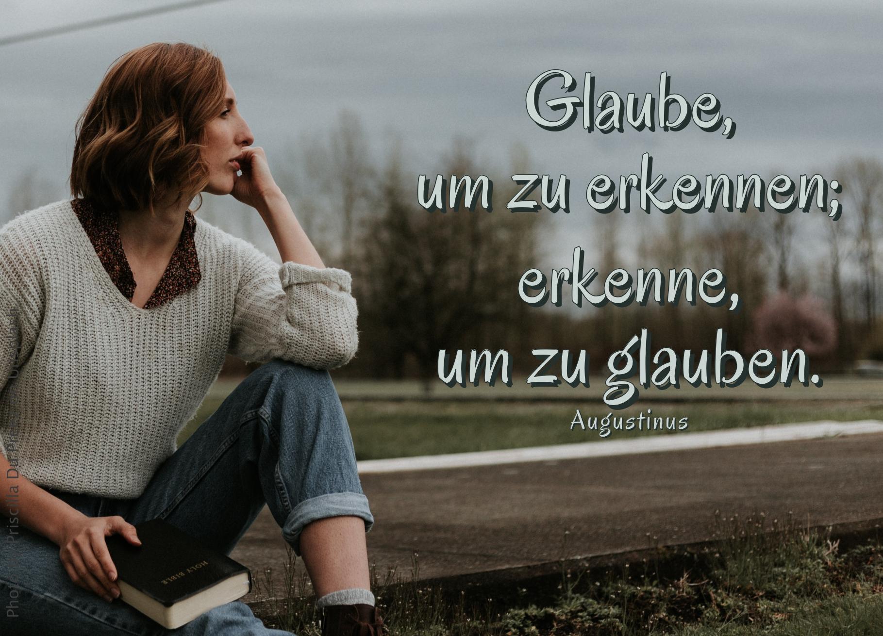 Frau mit sitzt draußen mit Bibel in der Hand und denkt nach