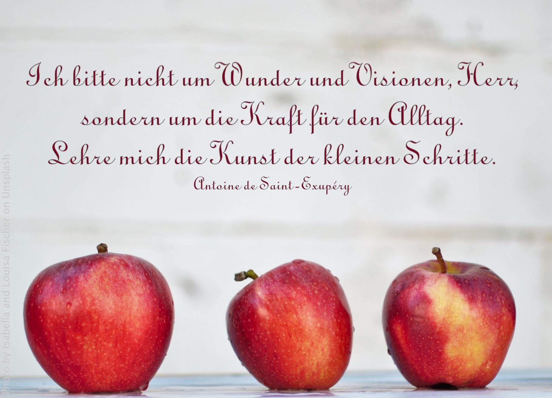 Drei nasse rote Äpfel