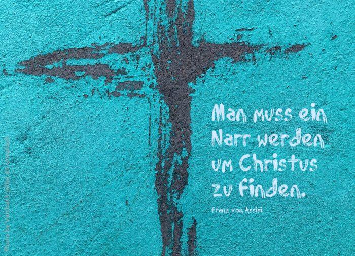 Blaue Wand mit schwarzem Kreuz aufgemalt
