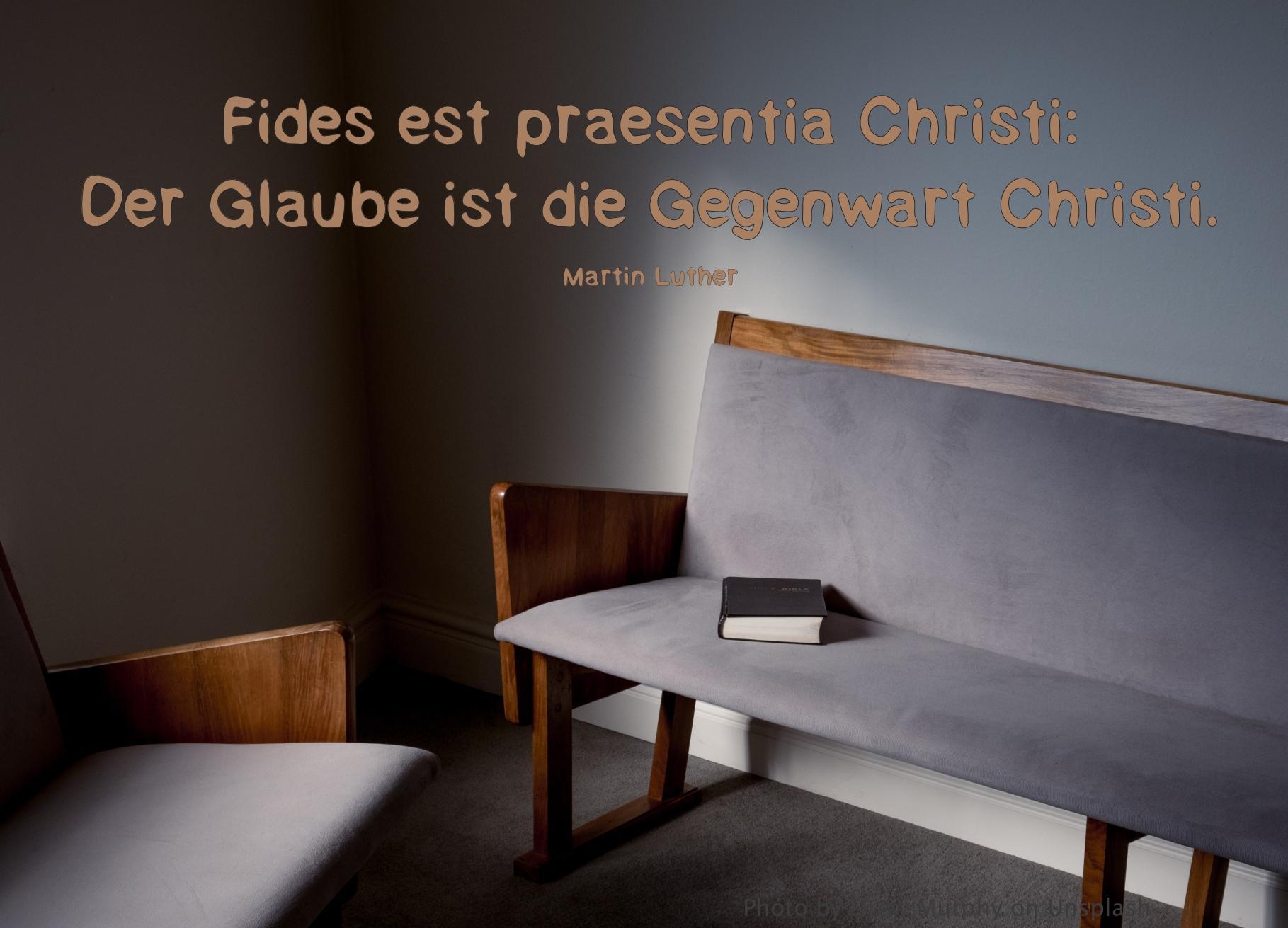 Leere graue Polsterbank mit Bibel