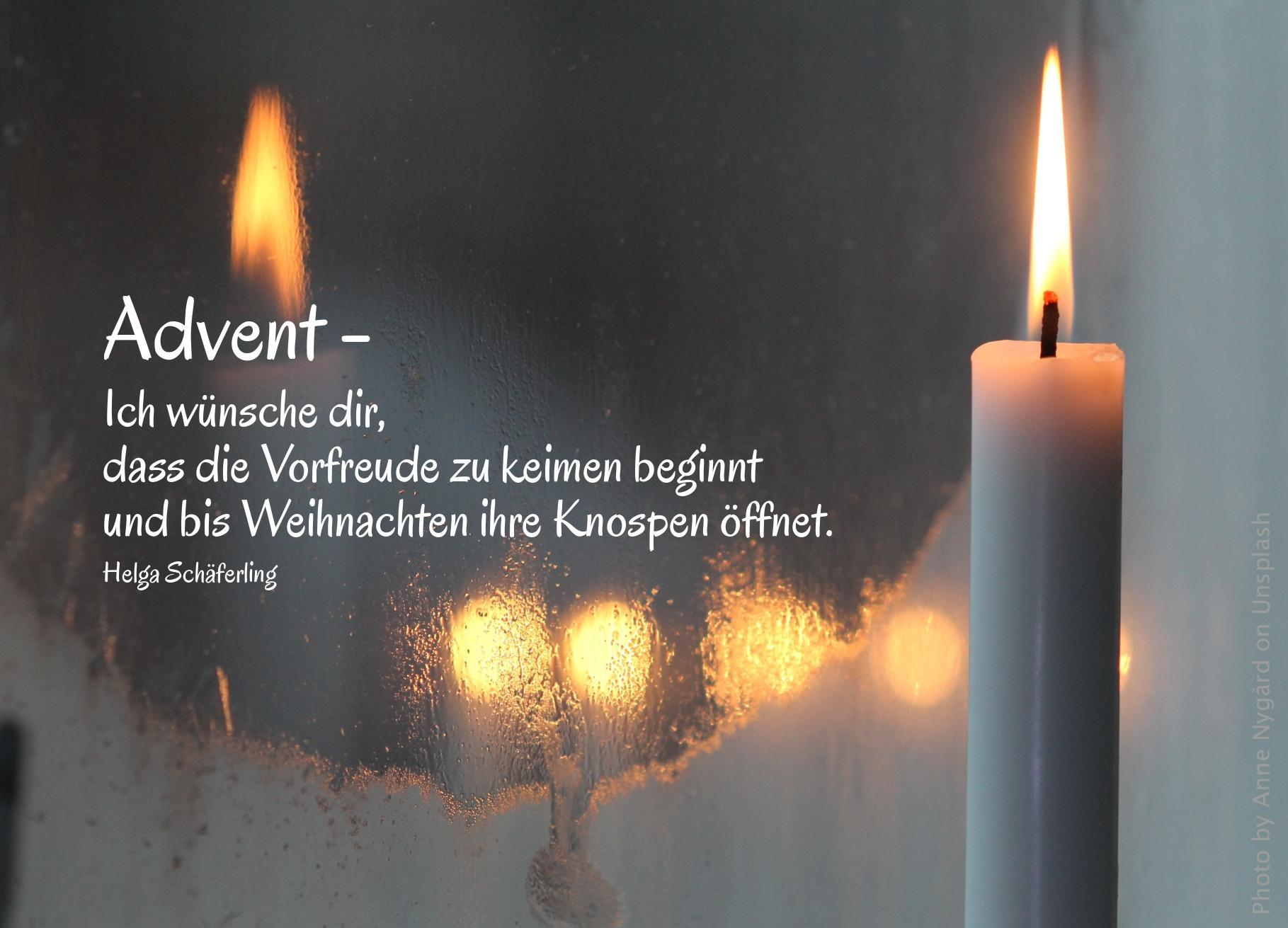"""alt=""""kerze_spiegelt_sich_in_gefrostetem_fenster_erwartet_bibelhoerbuch_amos"""""""