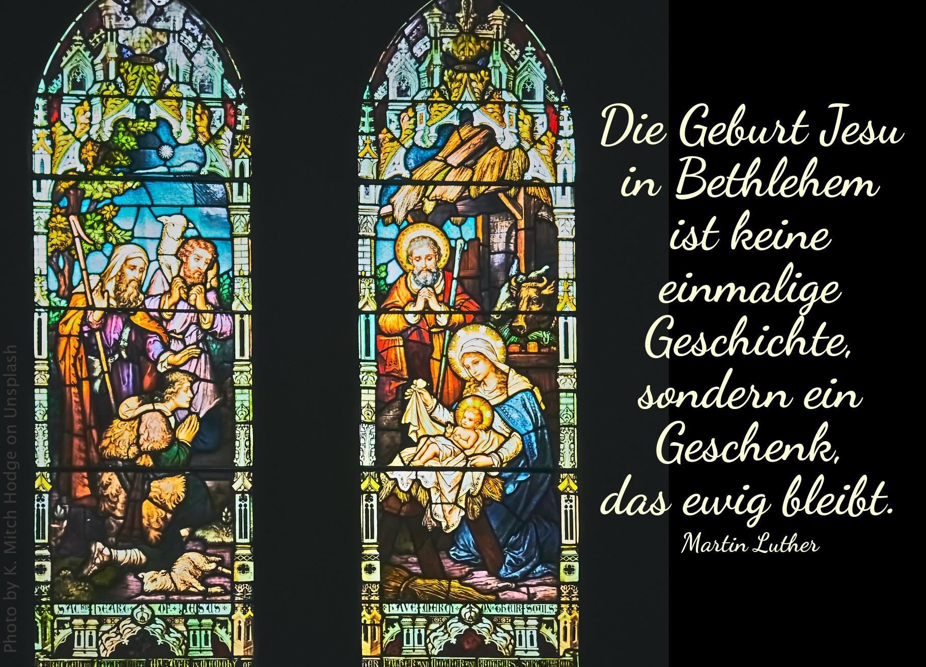 """alt=""""bunte_kirchenfenster_mit_bildern_von_jesu_geburt_erwartet_bibelhoerbuch_das_lamm"""""""