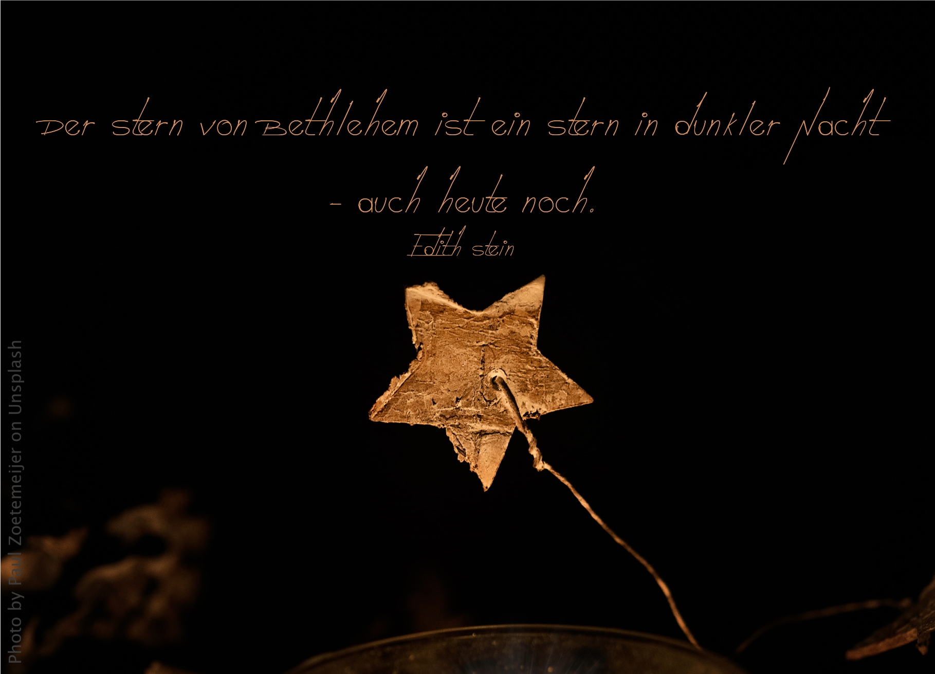 """alt=""""goldener_stern_vor_schwarzem_hintergrund_erwartet_bibelhoerbuch_weihnachtsgeschichte"""""""