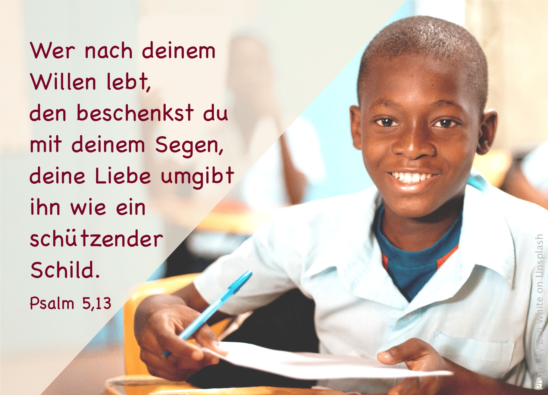 """alt=""""junge_sitzt_freudig_laechelnd_am_schultisch_erwartet_bibelhoerbuch_jesus_und_die_frau_am_brunnen"""""""