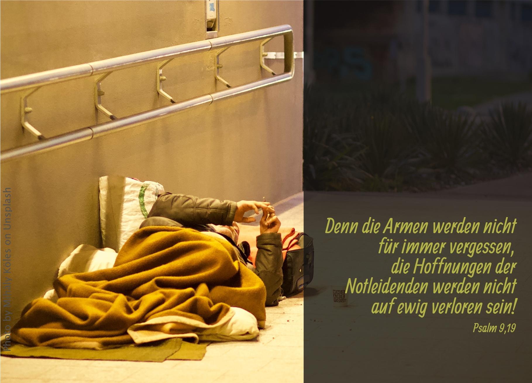 """alt=""""obdachloser_auf_decken_in_einer_unterfuehrung_erwartet_bibelhoerbuch_5000_menschen_werden_satt"""""""