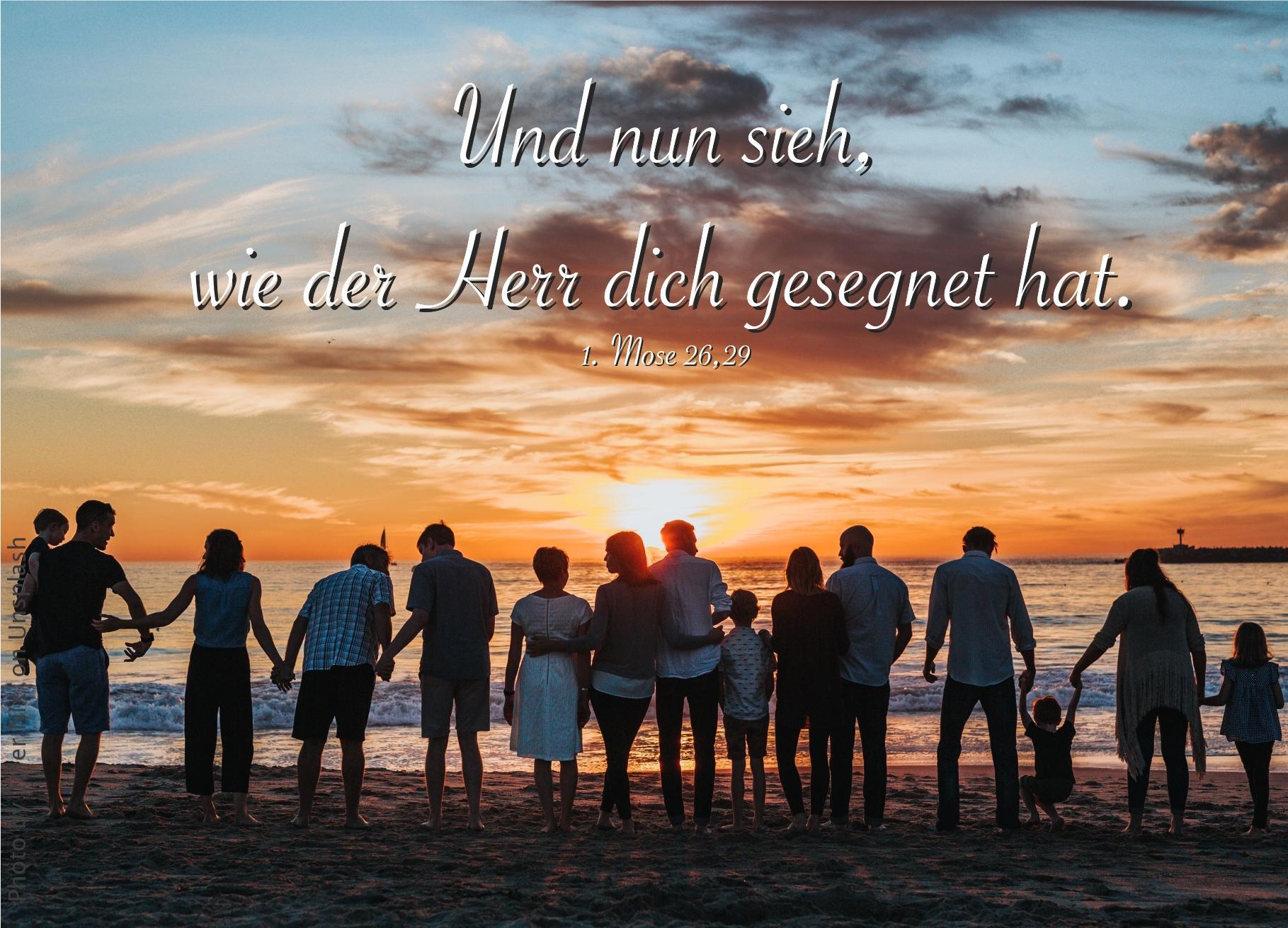 """alt=""""familie_am_strand_nebeneinander_stehend_erwartet_bibelhoerbuch_jakob_stieht_den_segen_und_flieht"""""""