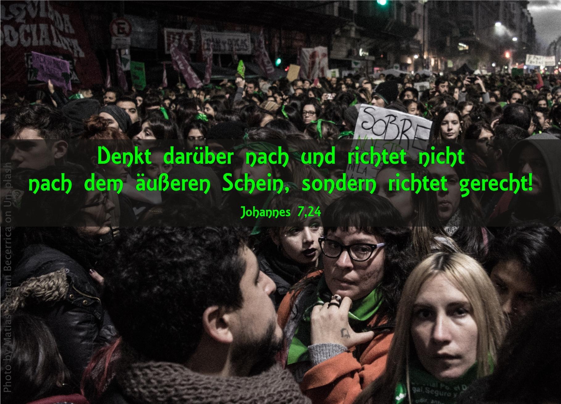 """alt=""""menschenmenge_demonstranten_erwartet_bibelhoerbuch_jesus_und_seine_brueder"""""""