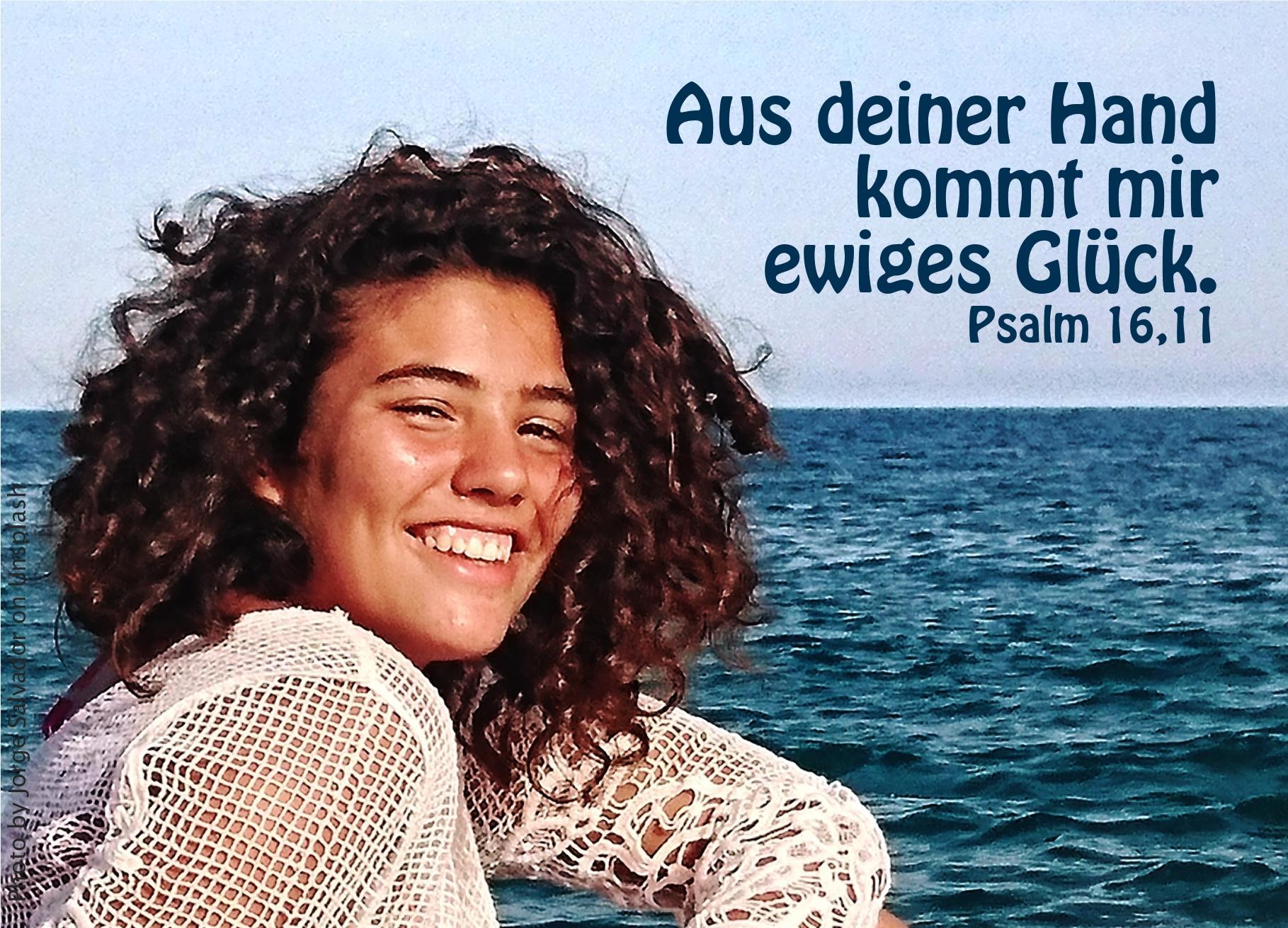 """alt=""""gluecklich_laechelnde_frau_auf_dem_meer_erwartet_bibelhoerbuch_jesus_heilt_einen_blinden"""""""