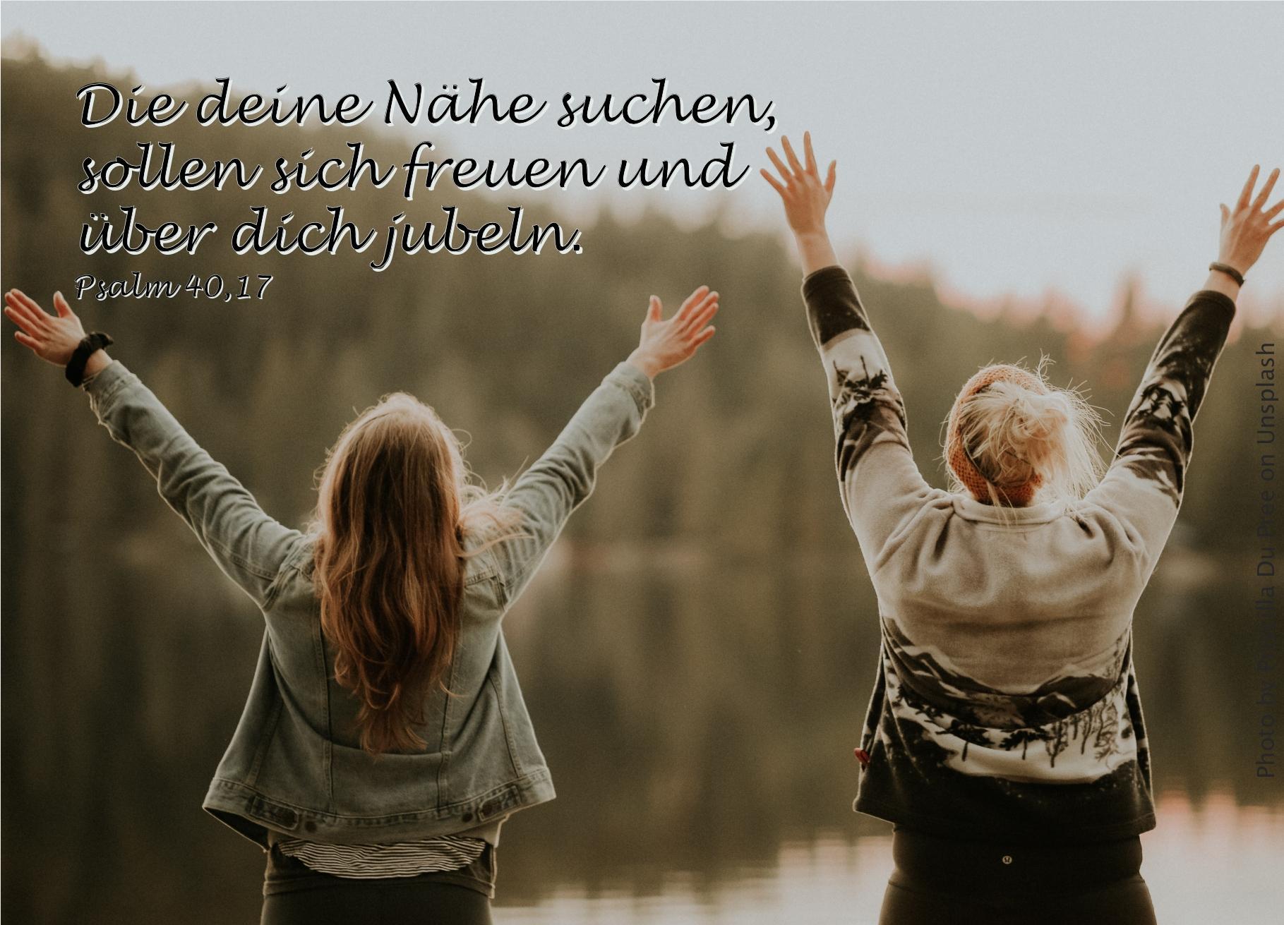 """alt=""""zwei_frauen_am_see_mit_armen_nach_oben_erwartet_bibelhoerbuch_versoehnungstag"""""""