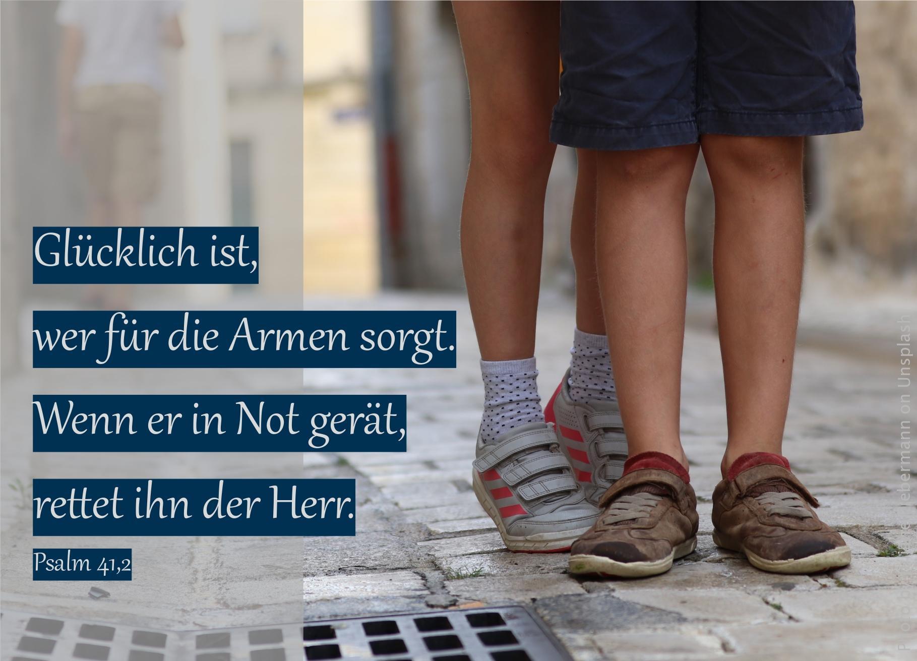 """alt=""""Vier_Kinderbeine_in_Schuhen_auf_Strasse_erwartet_bibelhoerbuch_ein_Wunder"""""""