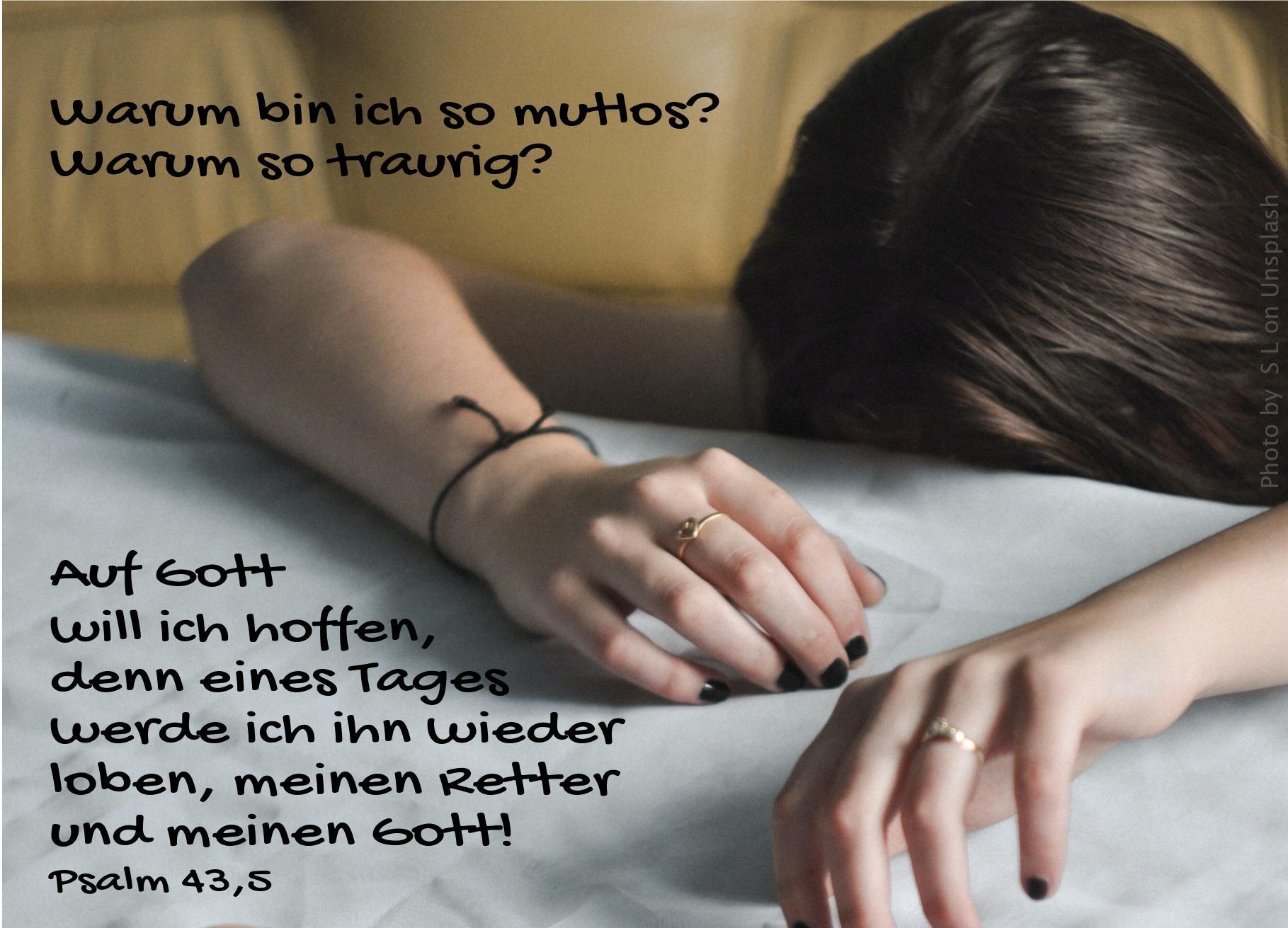 """alt=""""frau_mit_kopf_mutlos_auf_dem_tisch_erwartet_bibelhoerbuch_jesu_verklaerung"""""""
