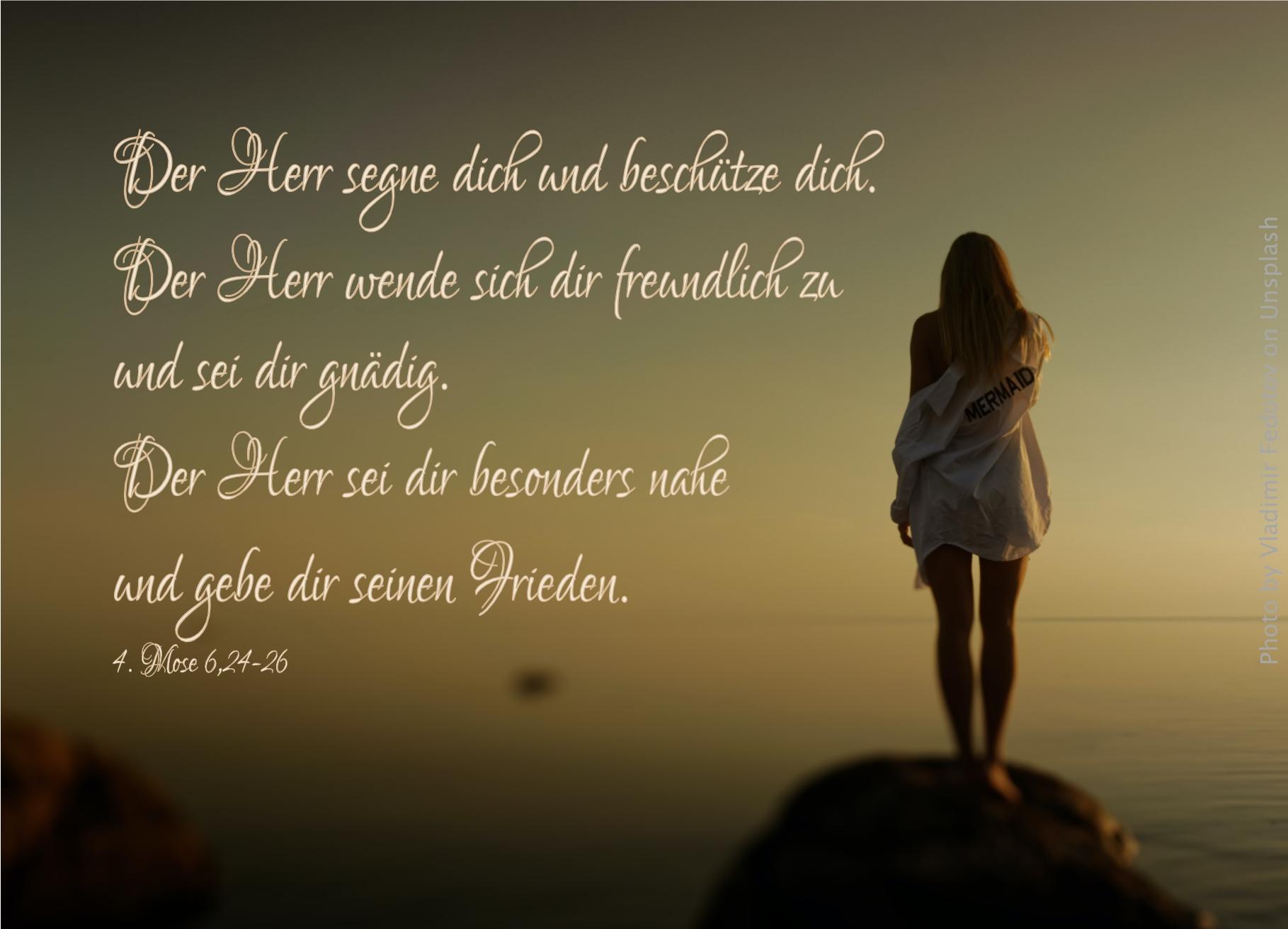 "alt=""frau_auf_felsen_vor_weitem_meer_erwartet_bibelhoerbuch_steuern_fuer_den_kaiser"""