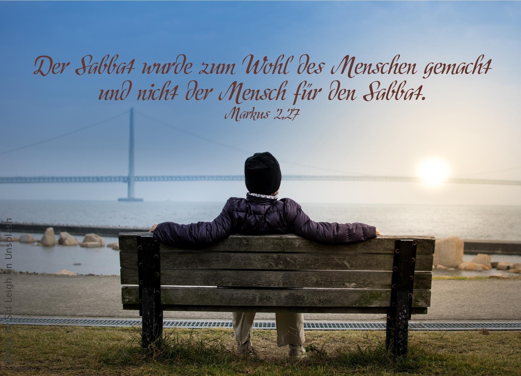 """alt=""""Person_auf_Bank_blickt_auf_Meer_mit_Sonne_erwartet_bibelhoerbuch_Israels_lange_Wanderung"""""""