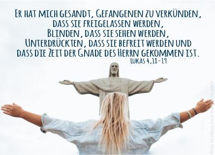 """alt=""""mann_mit_ausgebreiteten_armen_vor_jesusstatue_in_brasilien_erwartet_bibelhoerbuch_die_versuchung"""""""