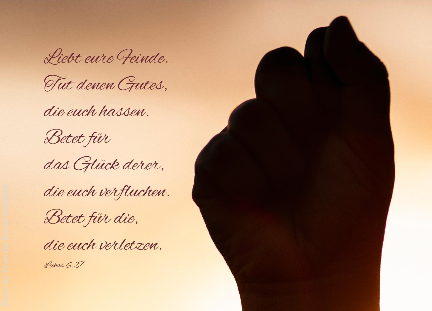 """alt=""""schatten_einer_faust_vor_hellem_hintergrund_erwartet_bibelhoerbuch_seligpreisungen"""""""